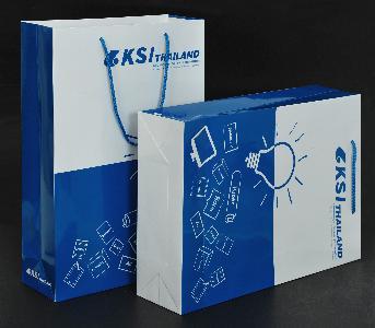 ถุงกระดาษ KSI Thailand โดย  เคเอสไอ (ไทยแลนด์) ขนาดถุงสำเร็จ 30 x 43 x 10 ซม. กระดาษอาร์ตการ์ด เคลือบเงา