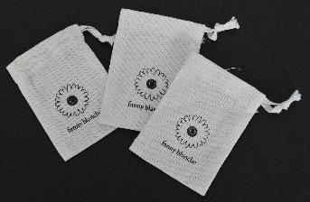 ถุงผ้ารูดปากถุง  ผลิตจากวัสดุผ้าดิบ  สีขาวด้าน มีขนาด 6.5 x 9 ซม.  ปั้มเย็บ ตามแบบ พร้อมร้อยหูถุงสำหรับรูด