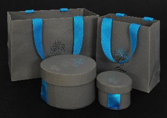 ถุงกระดาษคราฟสีเทา พร้อมกล่องกลม Edena Paris โดย Blue moon sas ถุงกระดาษ ใบใหญ๋ขนาด  19 x 13.5 x 10 ชม./ ใบเล็กขนาด 11 x 13.5 x 6 ชม. ถุงผ้ากำมะหยี่สีเทา ขนาด 8.5 x 11 ชม.