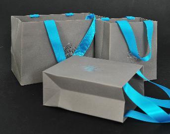 ถุงกระดาษคราฟ สีเทา 2 ขนาด ถุงกระดาษ ใบใหญ๋ขนาด  19 x 13.5 x 10 ชม./ ใบเล็กขนาด 11 x 13.5 x 6 ชม. กระดาษคราฟ KP 230 แกรม พิมพ์ตีพื้นสีเทา 1 สี 1 หน้า โลโก้ปั้มฟอยล์สีเงินเงา